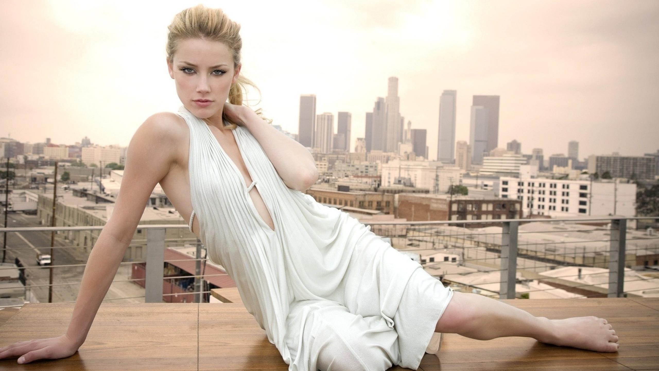 woman_fashion_outdoors_amber_heard_city_2560x1440_hd-wallpaper-1116383